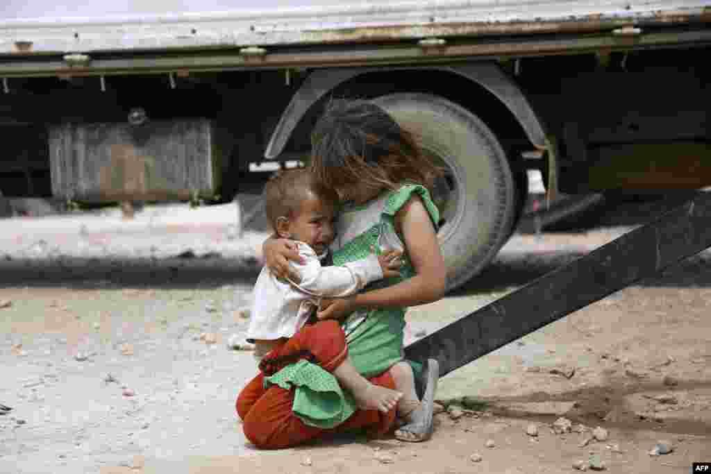 کودکان عراقی با خانواده شان از استان شمالی نینوا فرار کرده اند و در یک کمپ آوارگان در ۱۴ کیلومتری مرز عراق و سوریه در حسکه زندگی سر می کنند.