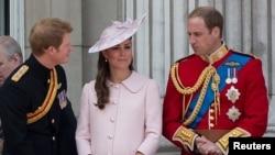 El príncipe Harry dialoga con la duquesa de Cambridge, Catherine Middleton y su hermano el príncipe William durante una ceremonia el mes pasado en el Palacio de Buckingham.