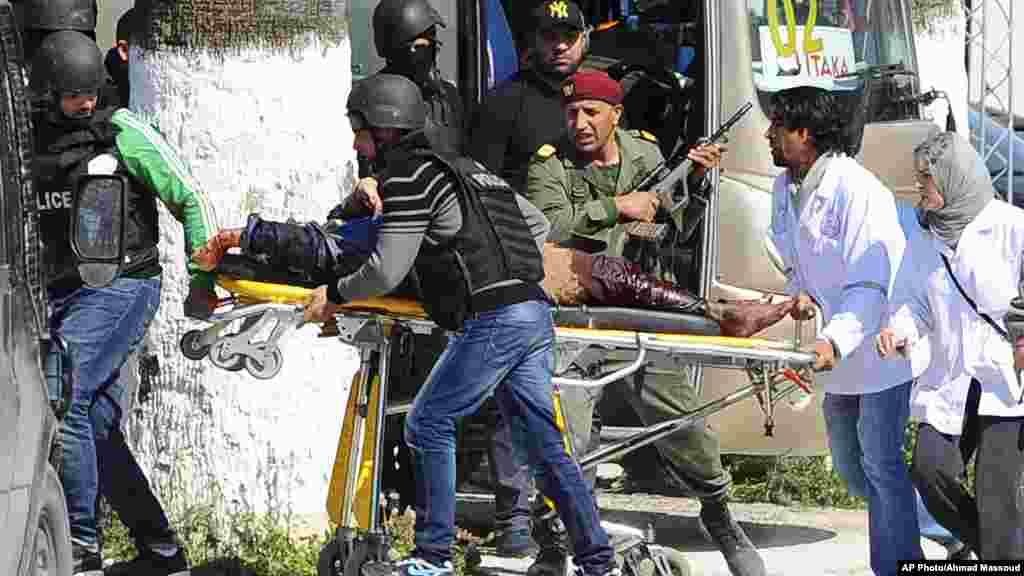 Une victime est évacuée par des secouristes en dehors de la musum Bardo à Tunis, mercredi 18 mars, 2015 Tunis, Tunisie.Des hommes armés ont ouvert le feu dans un musée de premier plan dans la capitale de la Tunisie, tuant 19 personnes, dont 17 touristes.
