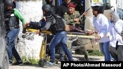 Des secouristes évacuent une victime à l'extérieur du musée Bardo à Tunis, le 18 mars 2015.
