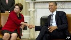 Presiden AS Barack Obama (kiri) menerima Presiden Brazil Dilma Rousseff di Gedung Putih hari Senin.