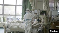 通過微博傳出的中國武漢中心醫院的醫護人員正在治療病人。(日期不詳)