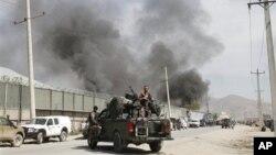 Kepulan asap dari lokasi ledakan bom di Kabul, Afghanistan (2/5). Taliban menarget perumahan warga asing di ibukota Afghanistan dan menewaskan sedikitnya tujuh orang beberapa jam pasca kunjungan mendadak Obama ke negara itu.