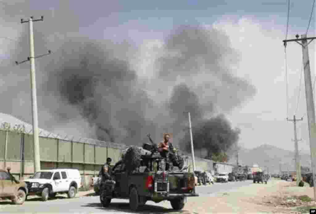 Kepulan asap dari lokasi ledakan bom di Kabul, Afghanistan (2/5). Taliban menargetkan perumahan warga asing di ibukota Afghanistan dan menewaskan sedikitnya tujuh orang beberapa jam pasca kunjungan mendadak Obama ke negara itu (2/5).