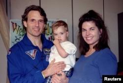 Astronaut Atlantis Jerry Linenger sa svojom porodicom nakon intervjua, nakon povratka na Zemlju 24. maja 1997. godine. Linenger je proveo 122 dana na ruskoj svemirskoj stanici Mir.