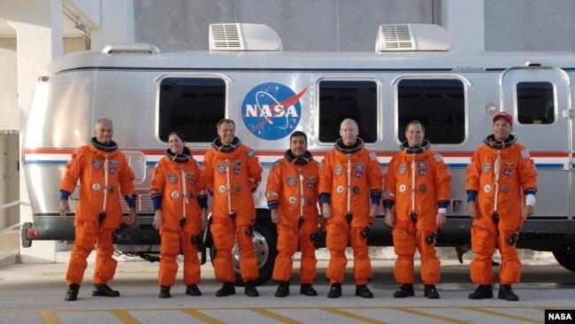 Astronauta José M. Hernández y tripulación de la NASA