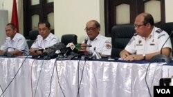 (ki-ka) Ony Sordjowibowo, investigator kecelakaan Lion Air JT 610, Nurcahyo Utomo, Ketua KNKT, Soerjanto Tjahjono, Gilbert S Sekretariat KNKT dalam Konferensi Pers, di Jakarta, Kamis (21/3) (VOA/Ghita).