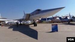 今年8月莫斯科航展上的圖-22戰略轟炸機,星期二參加了對敘利亞境內伊斯蘭國的空襲(美國之音白樺 )