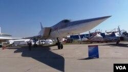 今年8月莫斯科航展上的图-22战略轰炸机,星期二参加了对叙利亚境内伊斯兰国的空袭(美国之音白桦 )