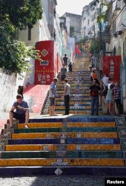 Wisatawan mengunjungi tangga 'Escadaria Selaron' (Tangga Selaron), yang terletak di antara lingkungan Lapa dan Santa Teresa di Rio de Janeiro, 4 Januari 2012. (REUTERS)