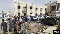 Pasukan keamanan Irak memeriksa lokasi pemboman bunuh diri di Basra (13/6).
