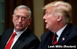 USA, Washington, U.S. Defense Secretary James Mattis listens as U.S. President Donald Trump speaks to the news media