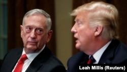 Džejms Matis i Donald Tramp, u vreme mandata bivšeg sekretara za odbranu, funkcije sa koje se povukao 2018. (Foto: REUTERS/Leah Millis)