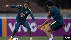 Neymar, à gauche, et Marquinhos, a droite, lors d'une séance d'entraînement de l'équipe nationale de football brésilien avant la Coupe du Monde de la FIFA 2018, au centre de formation de Granja Comary à Teresopolis, Rio de Janeiro, Brésil, le 24 mai 2018