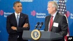 바락 오바마 미국 대통령(왼쪽)이 18일 재계 인사들과 만난 가운데, 회의 석상에서 미국 항공회사 보잉의 제임스 맥너니 회장이 발언하고 있다.