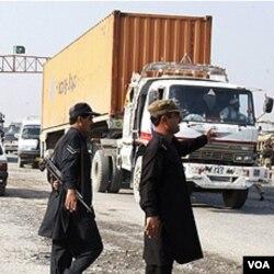 Pasukan keamanan Pakistan mencegat truk yang mengangkut pasokan NATO setelah serangan menewaskan 26 tentaranya (26/11).