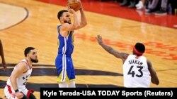 Stef Kari šutira na koš u trećoj četvrtini pete utakmice finala NBA plej-ofa, u Torontu (Foto: Reuters/Kyle Terada-USA TODAY Sports)