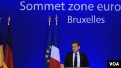 Presiden Perancis, Nicholas Sarkozy mengadakan konferensi pers setelah KTT Uni Eropa berakhir di Brussels, Belgia (10/27).