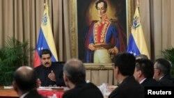 El presidente Nicolás Maduro habla durante una reunión con el Consejo de Defensa en el Palacio Miraflores, en Caracas.