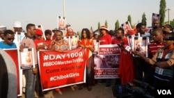 Kungiyar BBOG ko Bring Back Our Girls a turance, da shugabarsu Oby Ezekwesili da Hajiya Aisha Yusuf sanye da hijab a bayan shugabar