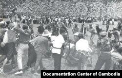 រូបថតផ្តល់ដោយមជ្ឈមណ្ឌលឯកសារកម្ពុជាបង្ហាញពីបាតុកម្មធ្វើឡើងដោយនិស្សិតនៅពហុកីឡាដ្ឋានជាតិ នៅទសវត្សឆ្នាំ ១៩៧០។ (Documentation Center of Cambodia Archives)
