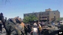 叙利亚伊德利卜省的居民6月4日在查看在政府军与反政府武装冲突中被击毁的坦克