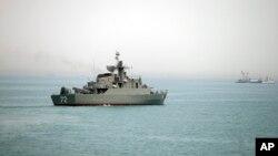 کشتی جنگی ایران در حال حرکت به سوی در تنگی هرمز
