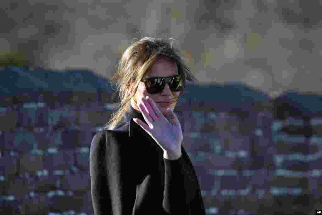 美國第一夫人梅拉尼婭·川普遊覽北京慕田峪長城,對人們招手致意(2017年11月10日)。梅拉尼婭乘坐纜車,沿著陡峭山勢抵達長城頂端,接受媒體拍照和一個禮儀性的捲軸。