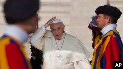 El papa Francisco llega a la audiencia general de los miércoles en la Plaza de San Pedro.
