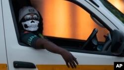 Un conducteur portant un masque à Kwa-Thema à l'est de Johannesbourg en Afrique du Sud le 17 mars 2020.