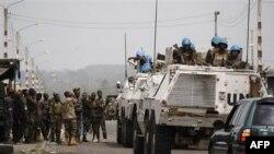 Binh sĩ gìn giữ hòa bình LHQ nói chuyện với lực lượng thân Ouattara ở vùng ngoại ô Abidjan