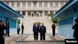 امریکی صدر ٹرمپ اور شمالی کوریا کے رہنما کم جانگ ان کے درمیان مذاکرات رواں سال فروری سے تعطل کا شکار ہیں۔ (فائل فوٹو)
