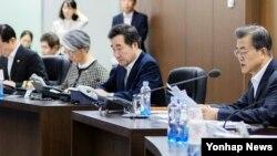 문재인 한국 대통령(오른쪽)이 15일 오전 청와대에서 국가안전보장회의(NSC) 전체회의를 주관, 북한의 미사일 발사 대응 방안을 논의하고 있다.
