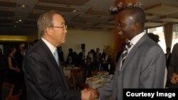 Katibu Mkuu mstaafu wa Umoja wa Mataifa Ki-moon akizungumza na mwandishi wa habari Erick Kabendera Octoba 2008.
