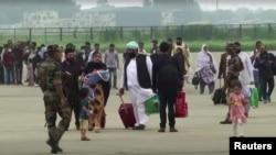 صرف ہندوؤں اور سکھوں کا افغانستان سے انخلا کرنے پر بھارتی حکومت پر تنقید بھی کی جا رہی ہے۔