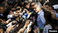 Mauricio Macri escucha las preguntas de los periodistas luego de emitir su voto en Buenos Aires.