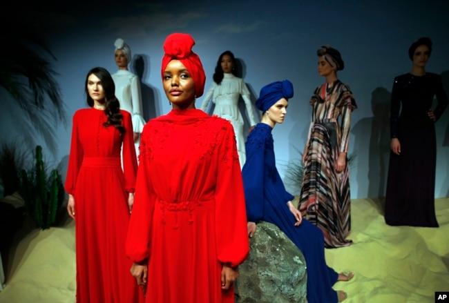 Halima Aden, model berhijab asal Amerika Serikat, dan model lainnya menampilkan kreasinya. (Foto: AP)
