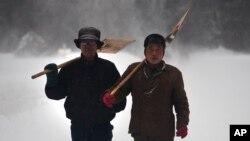 지난 2012년 4월 북한 삼지연에 폭설이 내린 가운데, 주민들이 눈을 치우고 있다. (자료사진)