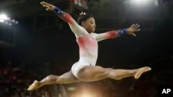 體操運動員西蒙拜爾斯8月17日里約奧運會平衡木上表演。