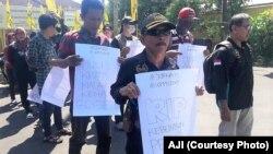 Beberapa wartawan menggelar aksi damai di Jember, Jawa Timur, Jumat, 3 Mei 2019. (Foto: AJI)