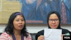 Wakil Koordinator Bidang Advokasi Kontras, Yati Andriyani (kanan) dan Staf Kontras, Indah (kiri). (VOA/Fathiyah Wardah)
