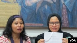 Wakil Koordinator Bidang Advokasi Kontras, Yati Andriyani (kanan) dan Staf Kontras Indah (kiri). (VOA/Fathiyah Wardah)