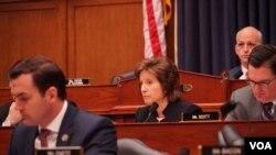 美国联邦众议员哈茨勒尔(Vicky Hartzler)(中)在听证会上质询军方官员(美国之音黎堡2020年2月26日摄)