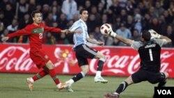 Gelandang Argentina Angel Di Maria mencetak gol pertama ke gawang Portugal dalam laga persahabatan di Jenewa, Swiss hari Rabu (9/2).