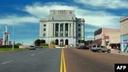 Ai đến Texarkana cũng hay chụp kiểu hình một chân đứng trên Texas, chân kia đứng trên Arkansas phía trước 1 tòa nhà liên bang duy nhất ở Mỹ nằm ở cả 2 bang