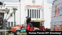 Petugas dari BPBD DIY melakukan penyemprotan desinfektan di kawasan Stasiun Tugu, Yogyakarta, 22 Maret 2020. (Foto: Courtesy/Humas Pemda DIY)