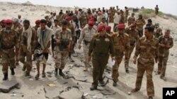 Các giới chức quân đội thị sát khu vực các phần tử chủ chiến có liên hệ với al-Qaeda tấn côn giết chết hơn 110 binh sĩ Yemen gần thành phố Zinjibar ngày 6 tháng 3, 2012.