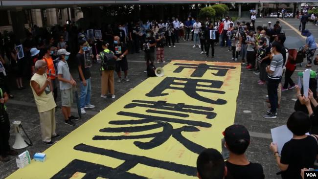 香港民众2019年10月18日集会游行要求调查15岁抗争少女陈彦霖的死因。(美国之音任新拍摄)