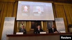 Membros da Academia Real Sueca anunciando o prémio, 10 de Outubro, 2016