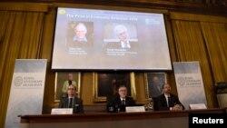 Ông Omas Sjöström, thành viên của Ủy ban Giải thưởng về Khoa học kinh tế để tưởng nhớ Alfred Nobel, ông Goran Hansson K., Tổng thư ký của Viện Khoa học Hoàng gia Thuỵ Điển và ông Stromberg, Chủ tịch của Ủy ban giải thưởng Kinh tế học.